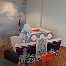 speelsysteem in de vorm van een boot voor een thema kinderhoek